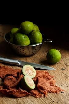 木製のテーブルにスライスしたグアバフルーツ