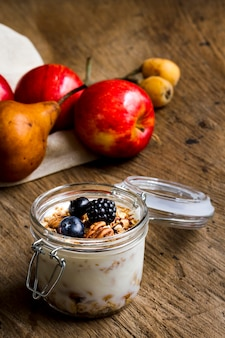 Йогурт с лесными фруктами и орехами