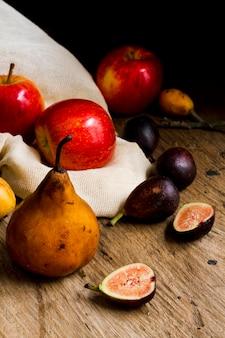 Вид спереди груши, яблоки и инжир