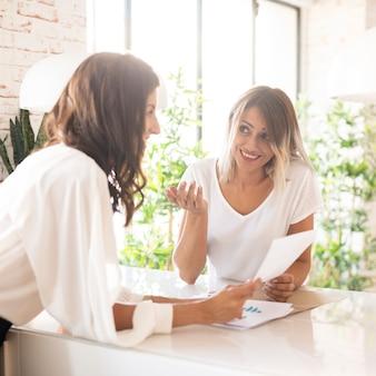 協力する美しいビジネス女性