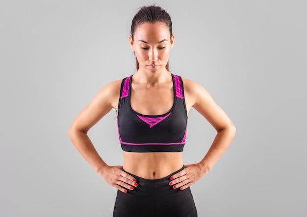 Вид спереди молодая женщина носить спортивную одежду