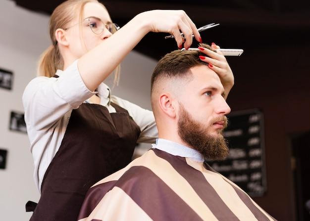 彼女の仕事をしている理髪店の労働者