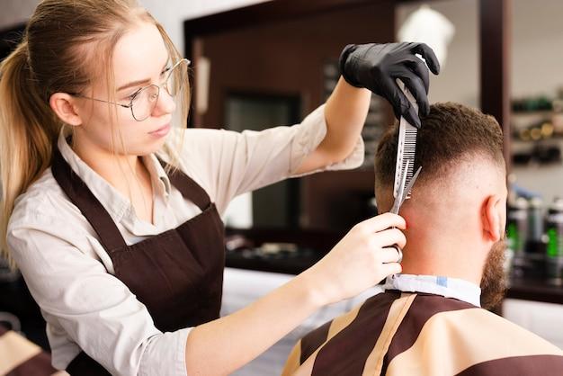理髪店で働く女性