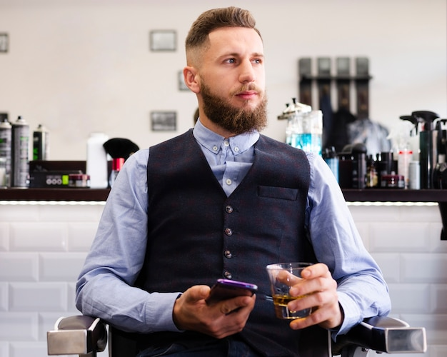 Мужчина смотрит в салон