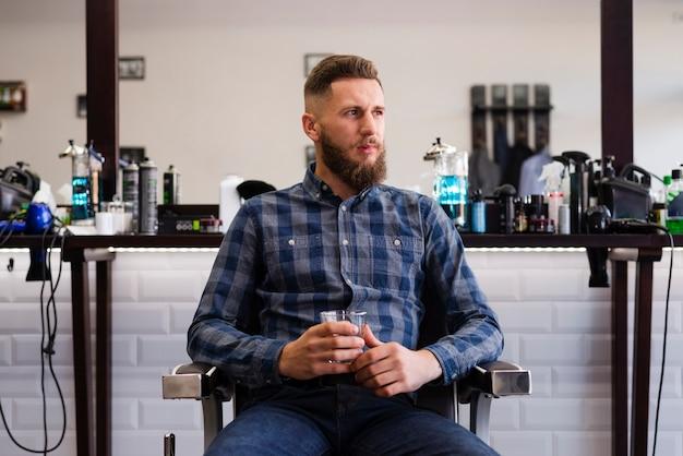 理髪店で離れている男