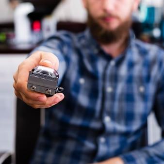 Мужчина показывает бороду