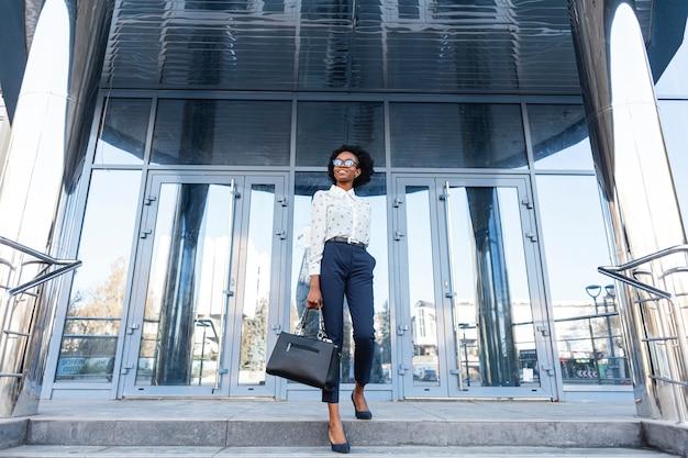 ハンドバッグと低角度のファッショナブルな女性