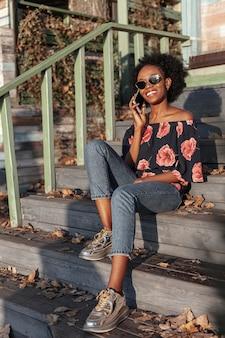 電話で話しているカジュアルなアフリカ女性