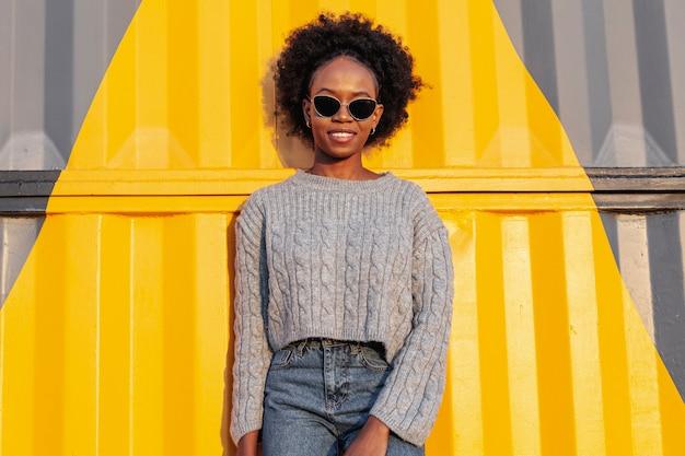 ミディアムショット若いアフリカ女性がポーズ