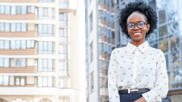コピースペースでオフィス服のスタイリッシュなアフリカ女性