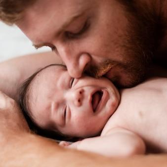 クローズアップ父キス不機嫌そうな赤ちゃん