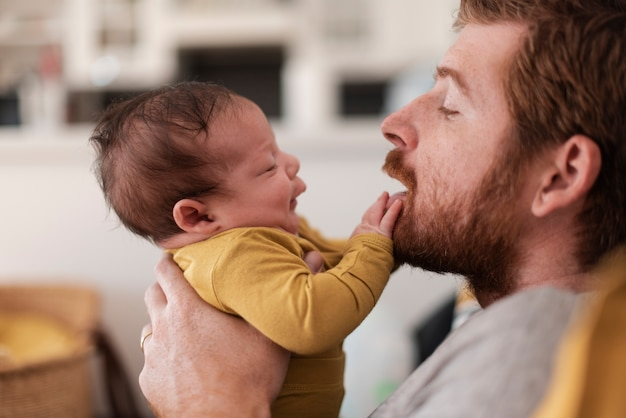 Макро отец играет с ребенком в помещении