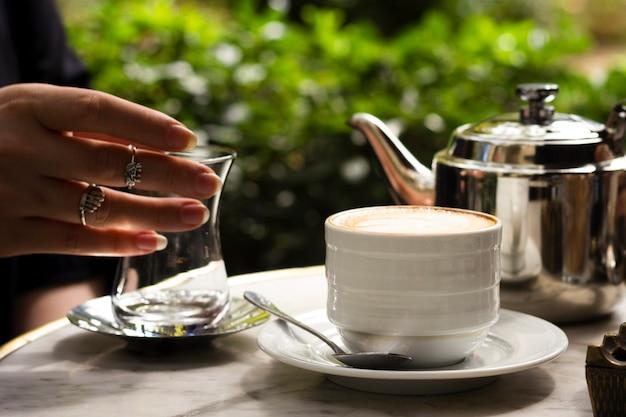 Вид спереди чашка кофе