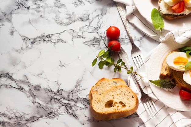 朝食用食品とパンのフラットレイアウトスライス