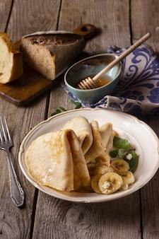 Блинчики с бананами и медом