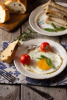 目玉焼き、トマトとパン