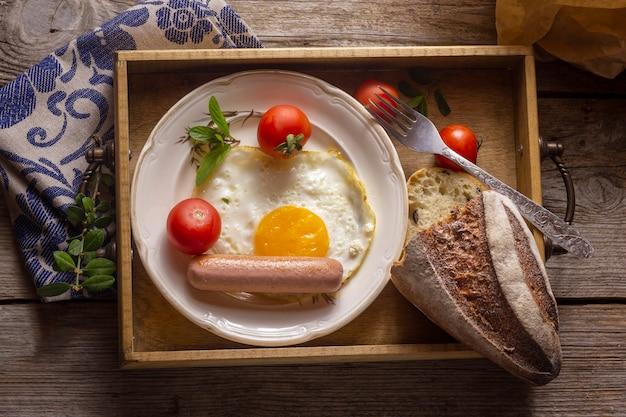Жареное яйцо с хот-догом и хлебом