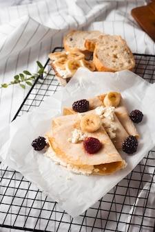 Блинчики с высоким углом и смесью фруктов