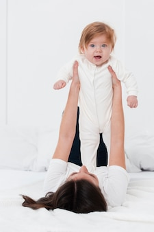 Позирует ребенка, проведенного матерью