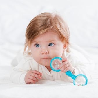 Новорожденный позирует с игрушкой