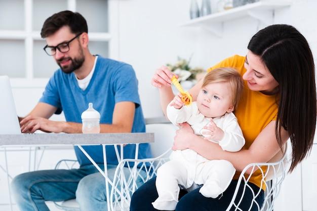 赤ちゃんとおもちゃで遊ぶ母