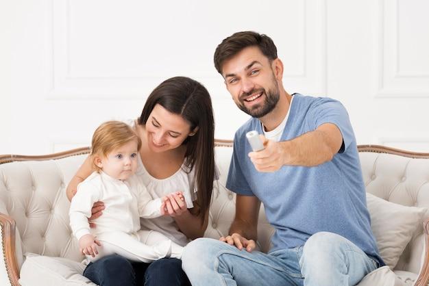 赤ちゃんとソファの上の家族