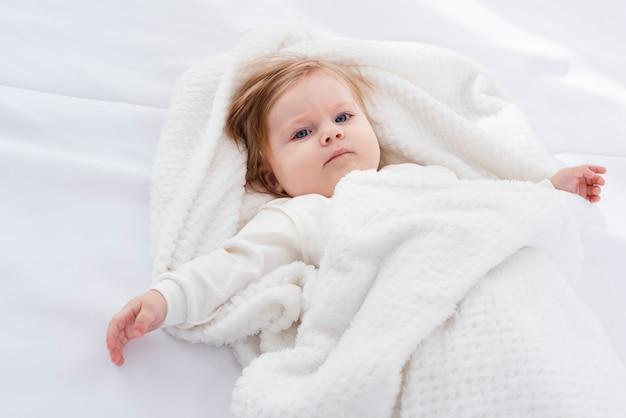 毛布で赤ちゃんのポーズ