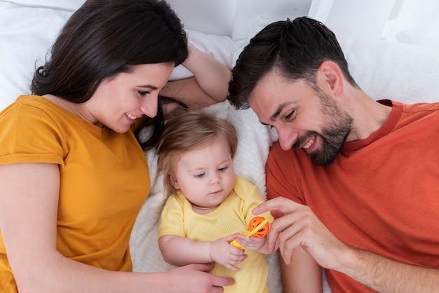 赤ちゃんと遊ぶ親