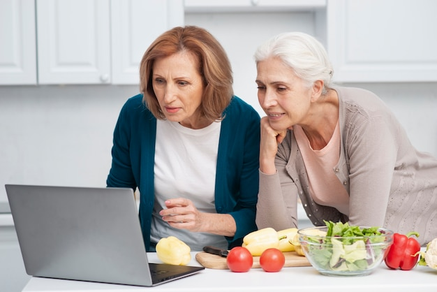料理のレシピを探している年配の女性