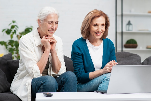 Взрослая женщина смотрит на ноутбук
