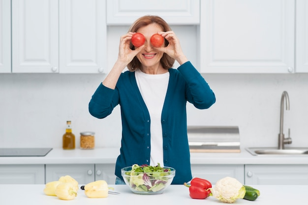 Портрет женщины, играя с овощами