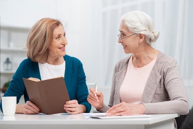お互いを見ている年配の女性