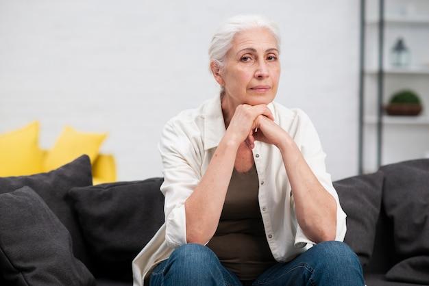 愛らしい年配の女性の肖像画
