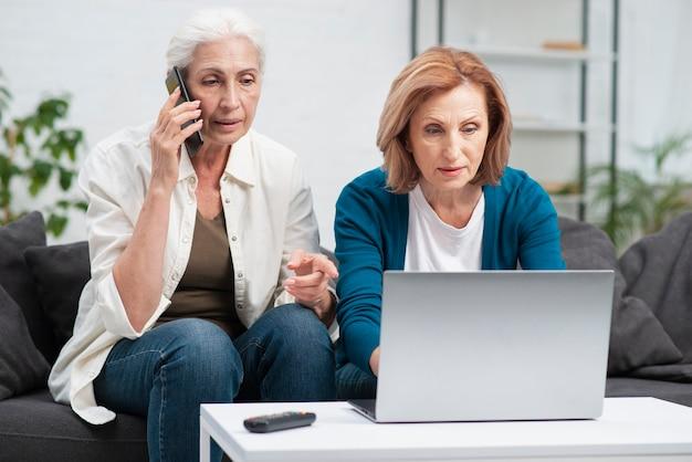 Милые старшие женщины проводя время совместно