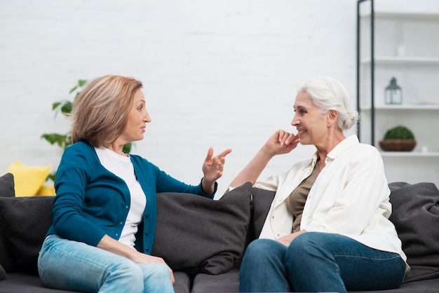 話している年配の女性
