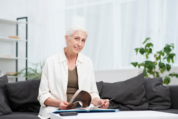 笑みを浮かべて高齢者の女性の肖像画