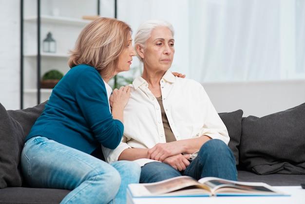 Старшая женщина расстроена с подругой