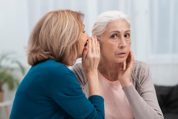 Портрет зрелых шепчущих женщин