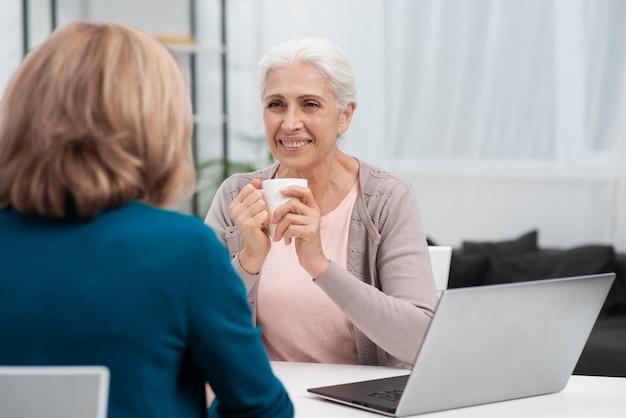 Зрелая женщина смотрит на своего друга