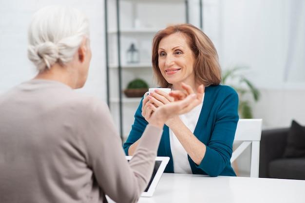 年配の女性が彼女の友人を見て