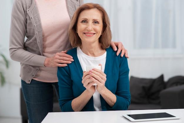 Портрет зрелой женщины улыбаются