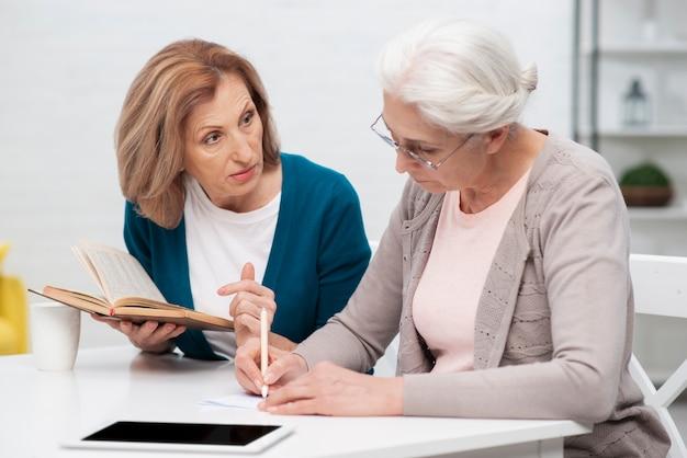 一緒に働く年配の女性