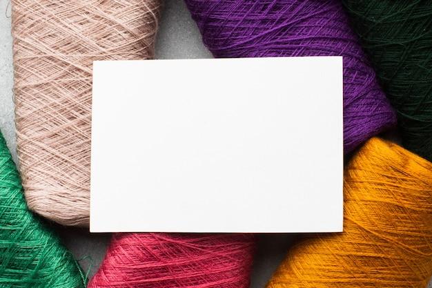 コピースペースカードを囲む色とりどりのミシン糸