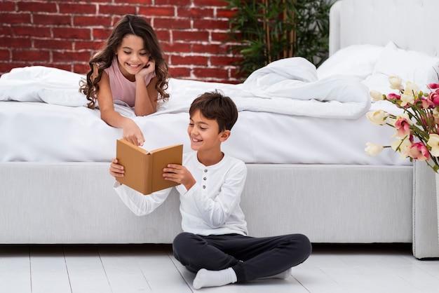 Молодые братья и сестры читают вместе истории