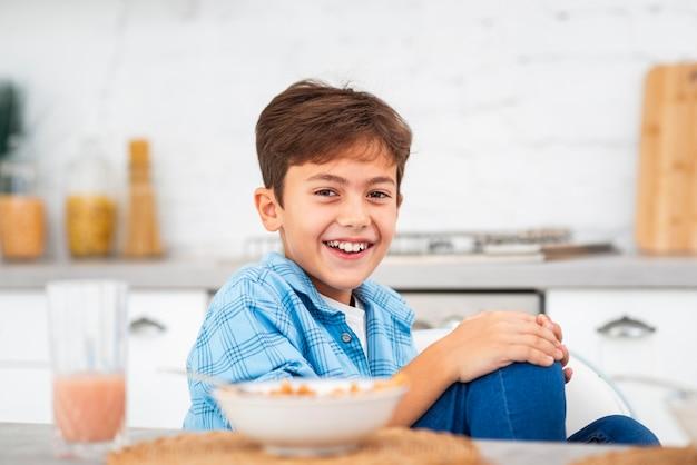Боковой вид мальчик утром за завтраком