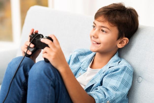自宅でジョイスティックで遊ぶハイアングル少年