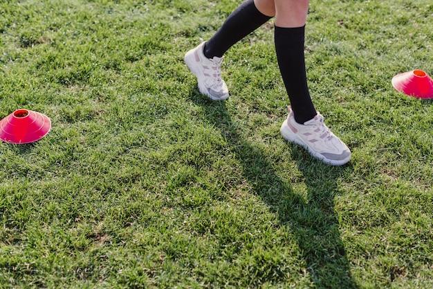 コーンを歩く女性の足