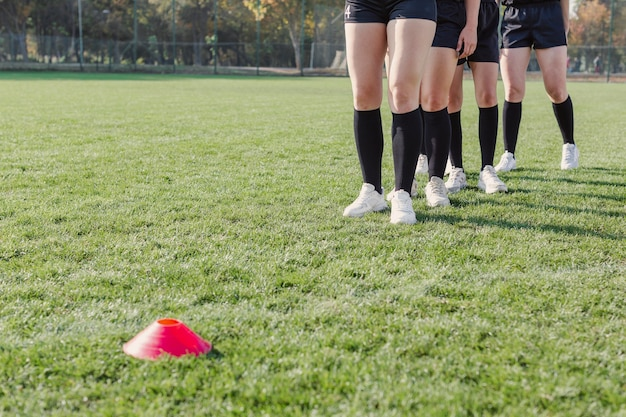 コーンを走る準備をしている女性の足
