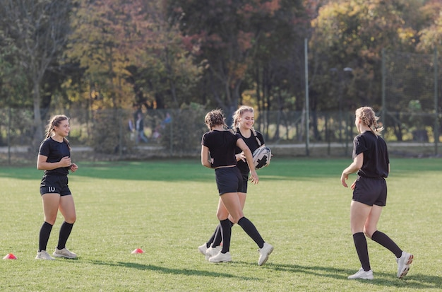 ラグビーの試合のためのトレーニングの若い女の子