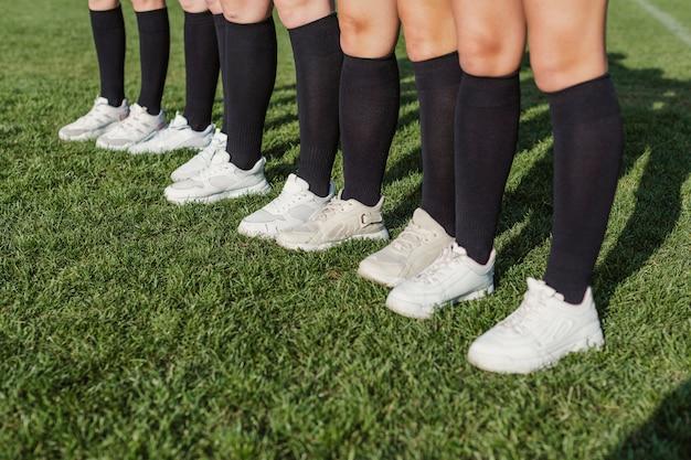 草の上に立っている女性の運動脚